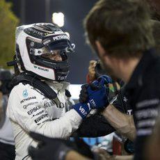 Valtteri Bottas celebra la pole con su equipo