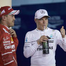 Bottas y Vettel se relajan tras la clasificación