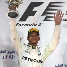 Lewis Hamilton alza el trofeo de segundo clasificado