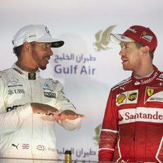 Sebastian Vettel y Lewis Hamilton juntos en el podio en Baréin