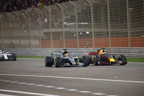 Lewis Hamilton adelanta a Daniel Ricciardo en Baréin