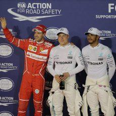 Vettel, Hamilton y Bottas saludan a las gradas en Baréin