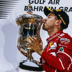 Sebastian Vettel besa contento su trofeo en Sakhir