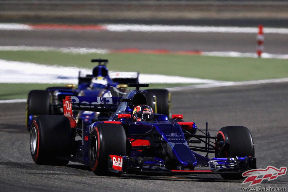 Daniil Kvyat adelanta a Marcus Ericsson para ser 13º