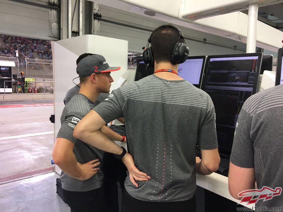 Stoffel Vandoorne animó desde el box durante el GP de Baréin