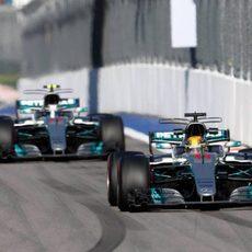 Lewis Hamilton y Valtteri Bottas juntos en pista