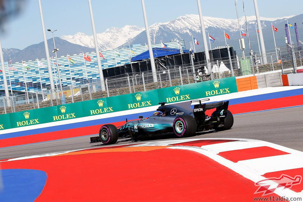 Lewis Hamilton a los mandos del Mercedes en Sochi