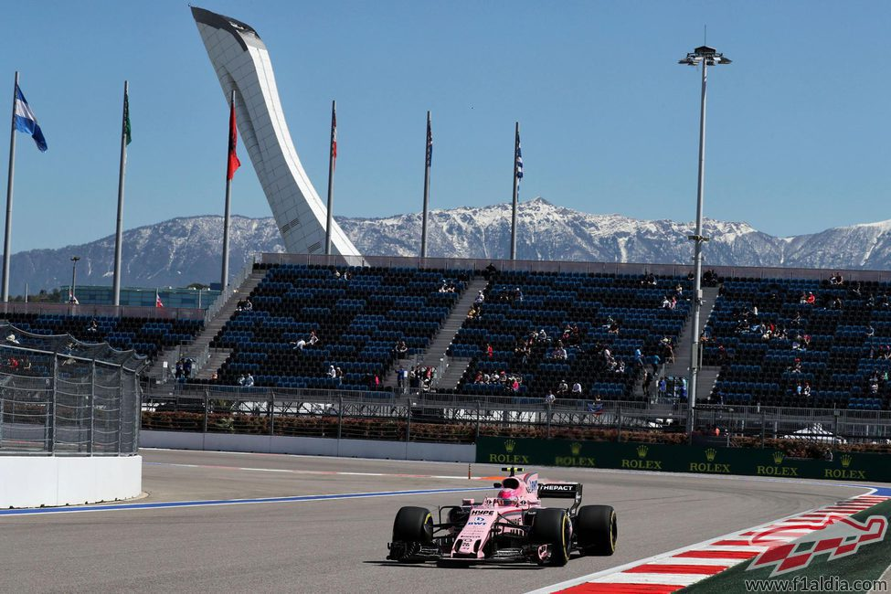 Esteban Ocon conduce el Force India en Sochi