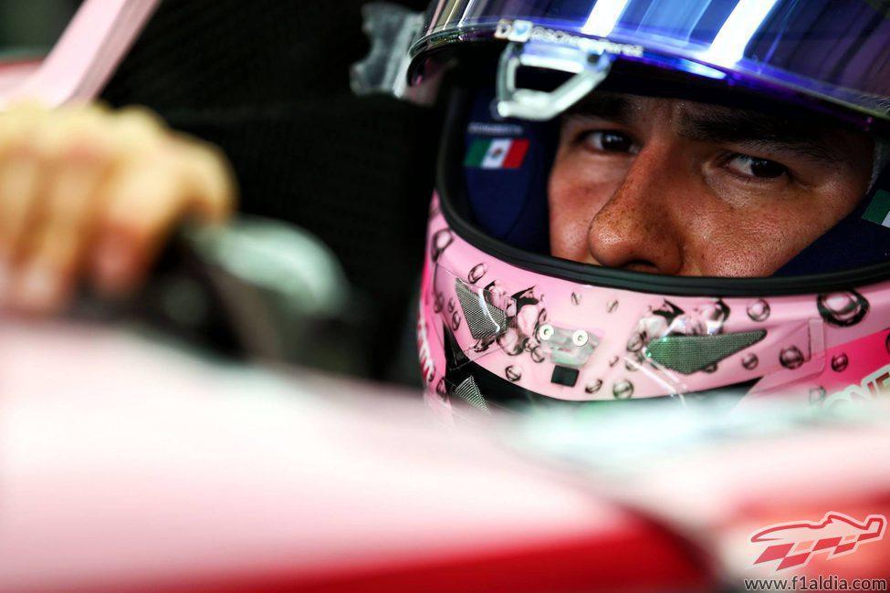 Sergio Pérez sale de boxes a los mandos de su monoplaza