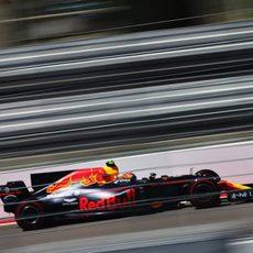 Max Verstappen vuela en el circuito de Sochi con el RB13