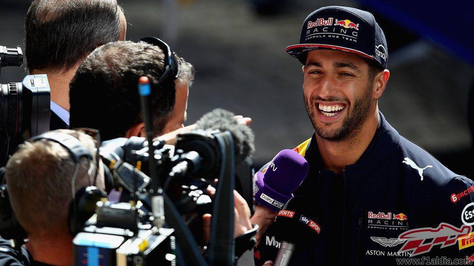 Sonrisa de Daniel Ricciardo ante las cámaras en Sochi