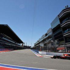 Max Verstappen llega a la última curva de Sochi