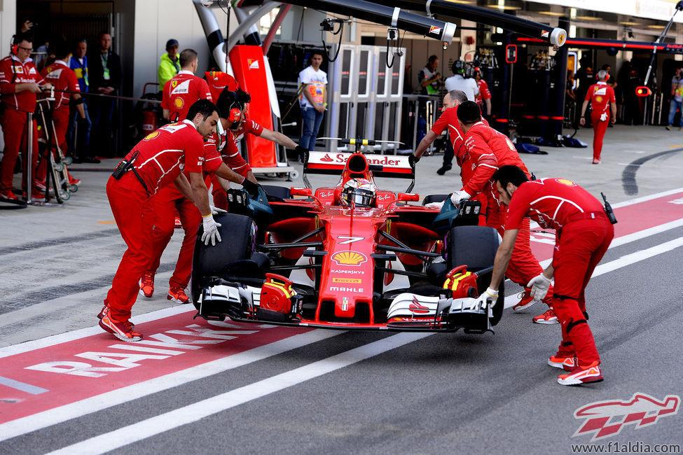 Kimi Räikkönen vuelve al box durante la clasificación