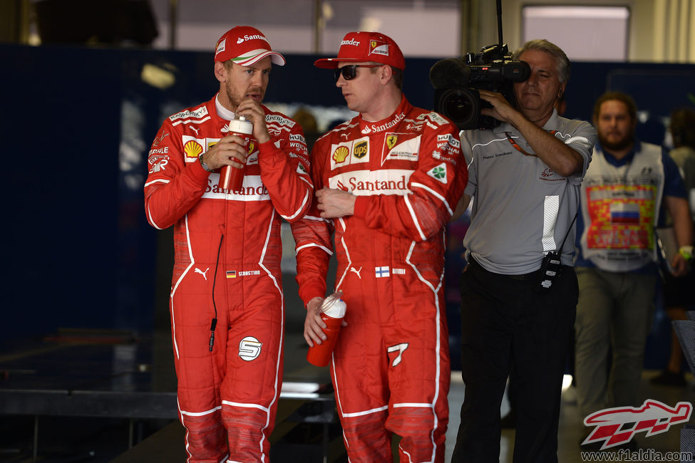 Sebastian Vettel y Kimi Räikkönen charlan tras la clasificación