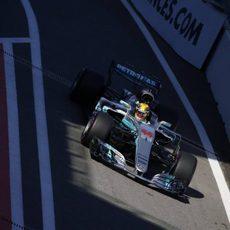 Lewis Hamilton se queda lejos de la pole en Sochi