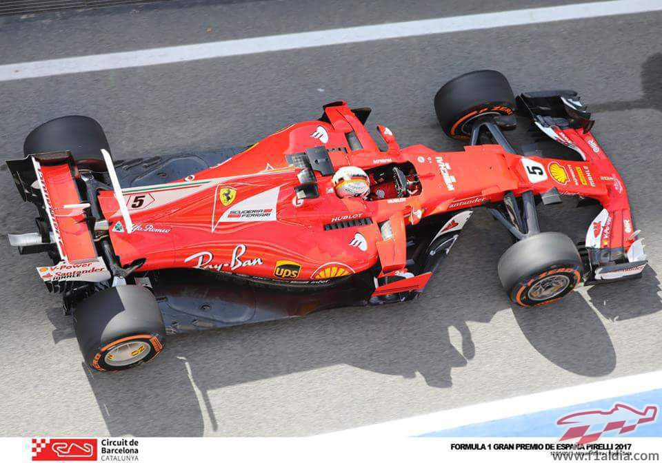Sebastian Vettel rueda durante los libres en Barcelona