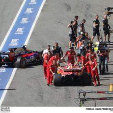 Carlos Sainz y Sebastian Vettel vuelven a boxes