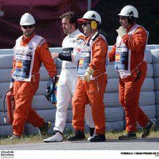 Fernando Alonso vuelve a boxes tras el fallo de su motor
