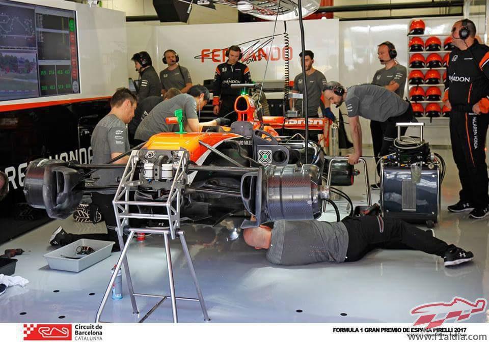 Trabajos en el coche de Fernando Alonso en Barcelona