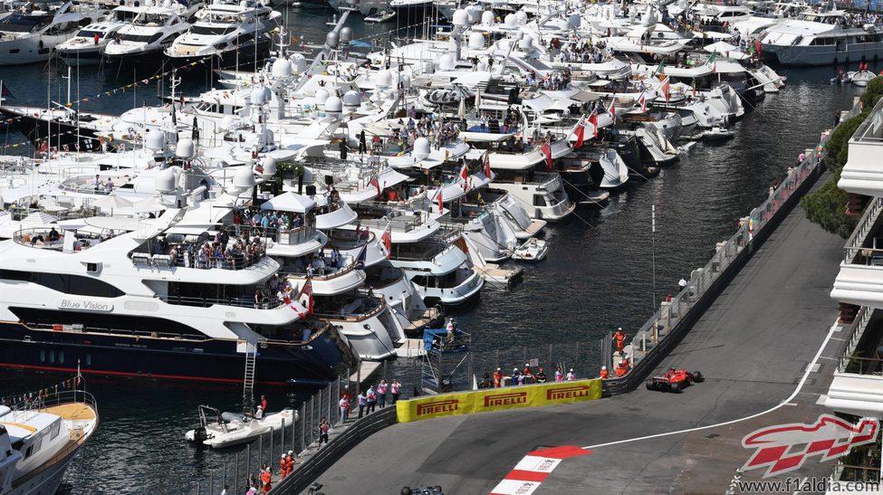 Kimi Räikkönen siendo observado por los barcos