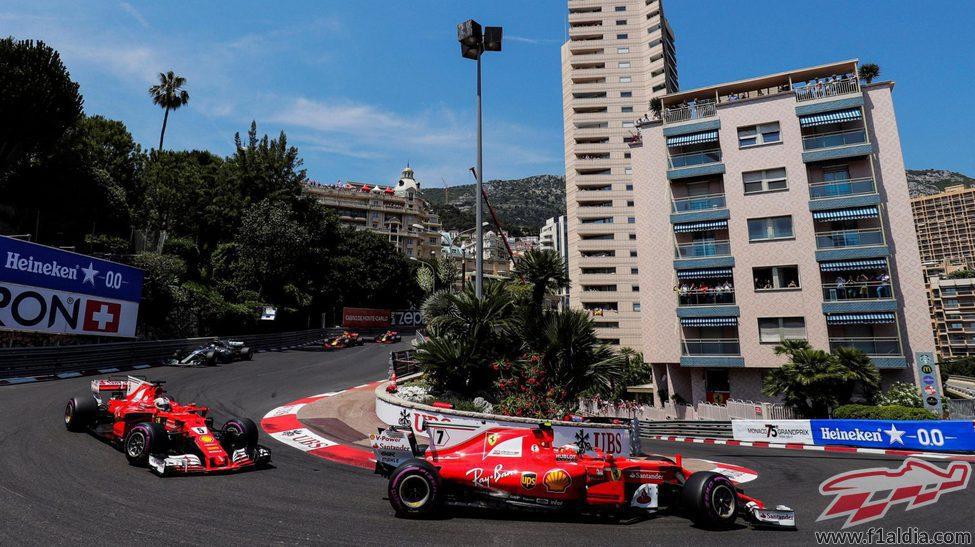 Los Ferrari pasan por la antigua curva de Loews