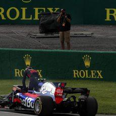 Carlos Sainz se baja del coche tras un problema hidráulico
