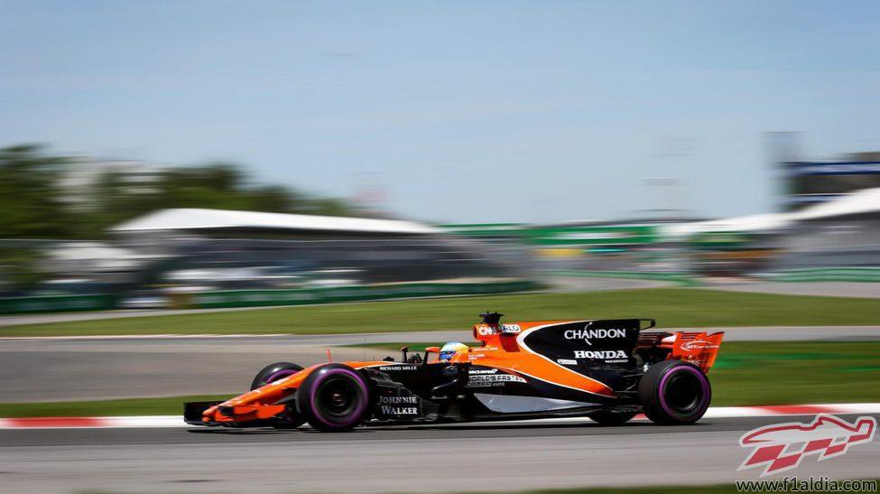 Fernando Alonso rueda en Canadá