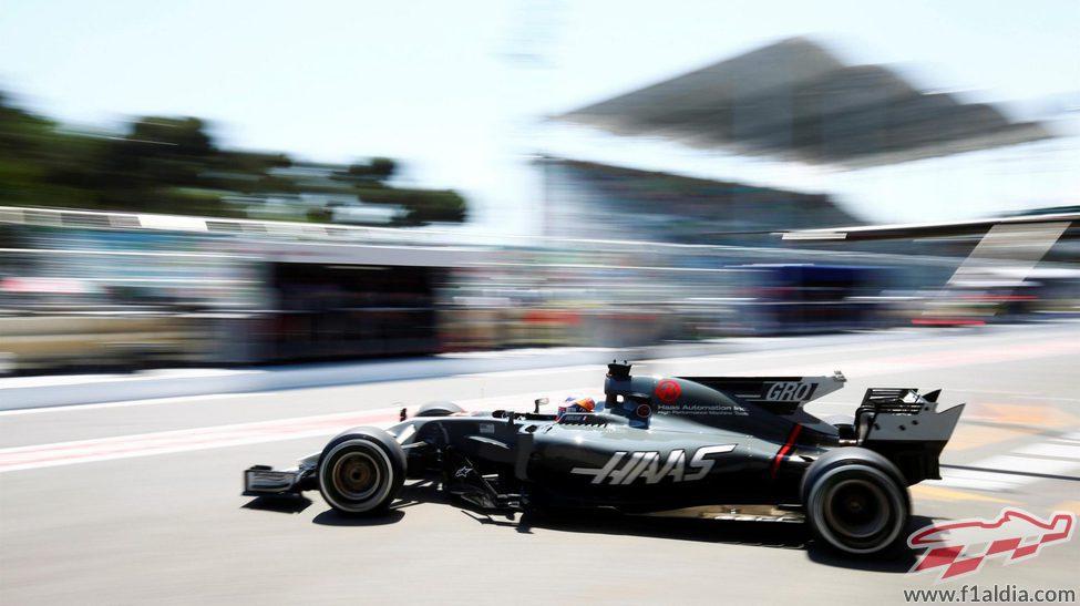 Romain Grosjean saliendo del garaje