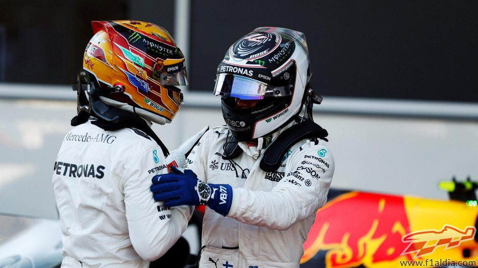 Valtteri Bottas y Lewis Hamilton se felicitan