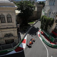 Max Verstappen entre las calles de Bakú