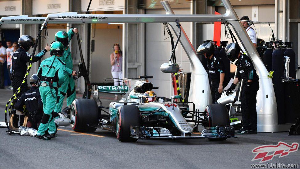 Lewis Hamilton, tras un pit-stop en Bakú