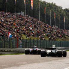 Pilotos ruedan en el circuito belga