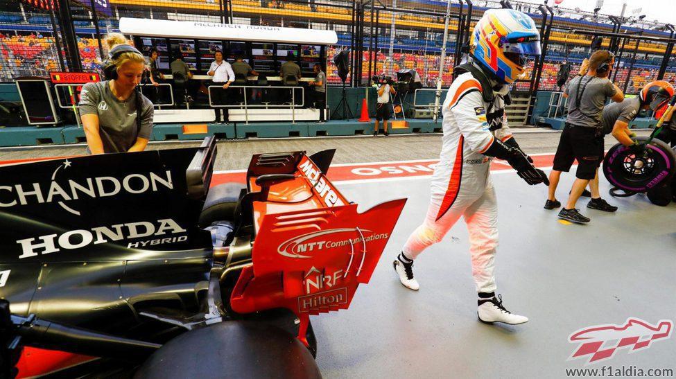 Fernando Alonso en el pit-lane de Singapur