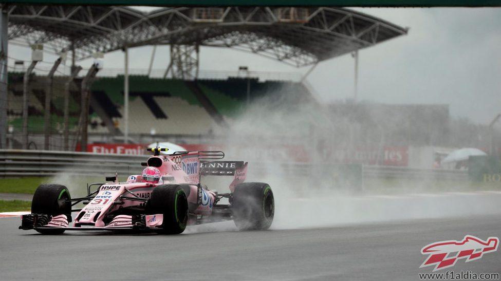 Esteban Ocon rueda en la lluvia de Sepang