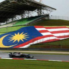 El Haas pasa frente a la bandera de Malasia
