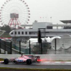 Sergio Pérez rueda bajo la lluvia