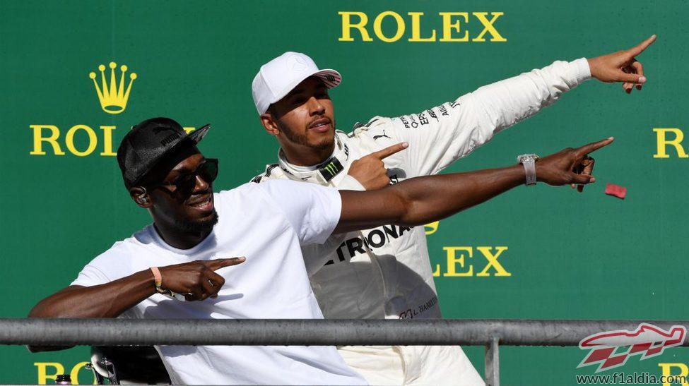 Lewis Hamilton celebra su victoria con Bolt
