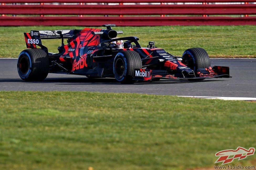 Verstappen toma la curva con el RB15