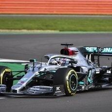Hamilton rueda en Silverstone con el W11