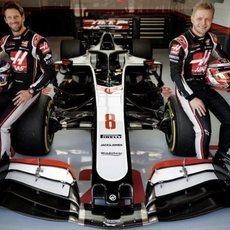 Magnussen y Grosjean, durante la presentación del VF-20