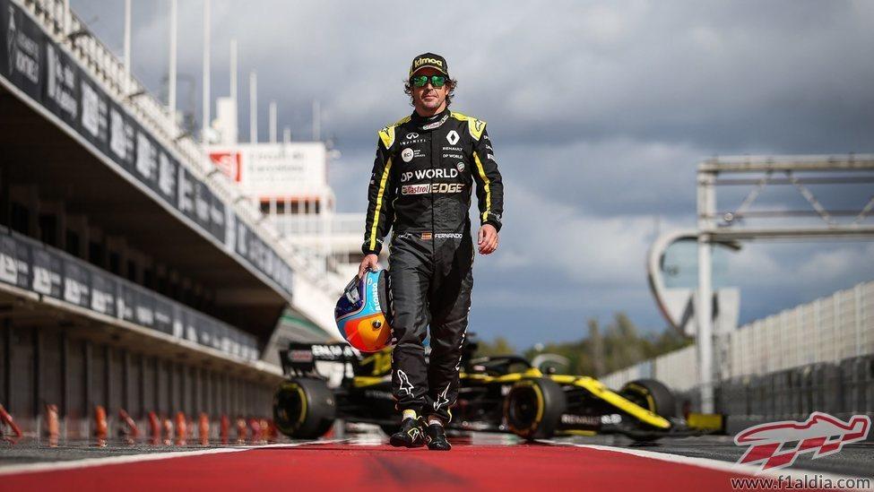 Alonso luce los colores de Renault en Montmeló
