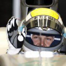 Rosberg saluda