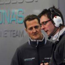 Schumacher habla con su ingeniero
