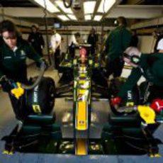 El equipo Lotus trabaja duro