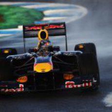 Vettel intenta mantener el RB6 en pista