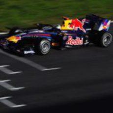 Vettel pasa por la línea de meta