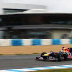 El RB6 rueda frente al 'paddock' de Jerez