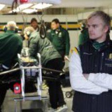 Kovalainen frente al box de Lotus