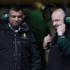 Tony Fernandes y Mike Gascoyne
