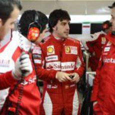 Fernando habla con sus ingenieros